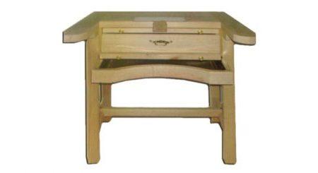 Mesa de engastador en madera de un puesto especial para joyería.