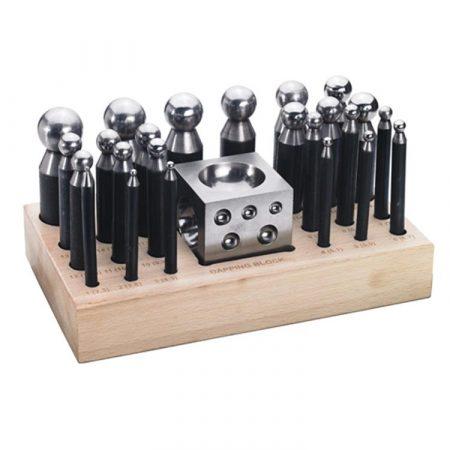 Set de 24 embutidores con embutidera de acero y base de madera.